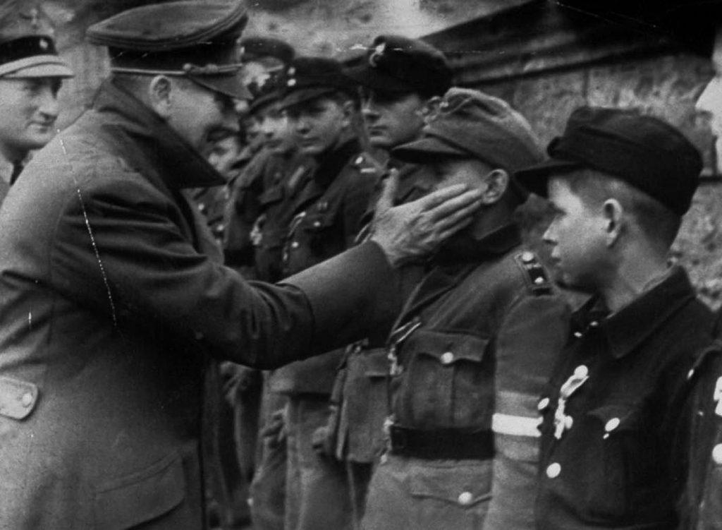 Hitler megdicséri Willi Hübnert a ceremónián
