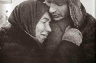 Szovjet katona a felszabadított faluban